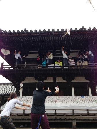 奈良の観光名所 唐招提寺でうちわまき